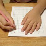 左利きは直す?小学校入学と同時に始めると矯正しやすいけれど、こどもによっては悪影響の場合もあります。