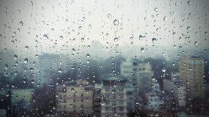 雨にあたる窓