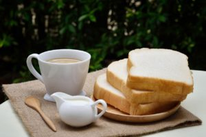 パンで朝食